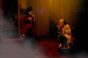 Cena da peça Dorotéia, uma farsa irresponsável, com Mariana Zanette e Ludmila Nascarella